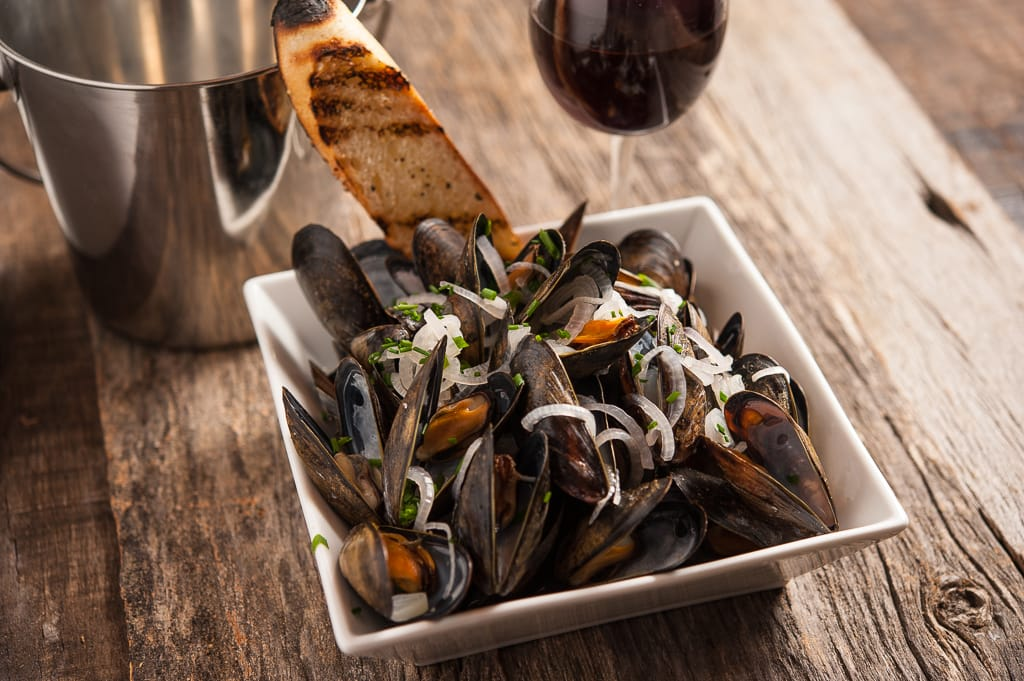 fresh mussels in red sauce